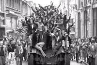 População festejando em cima de um chaimite (25.04.1974)